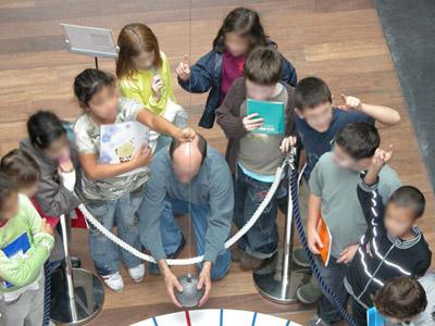 Les élèves de CM1 autour du pendule